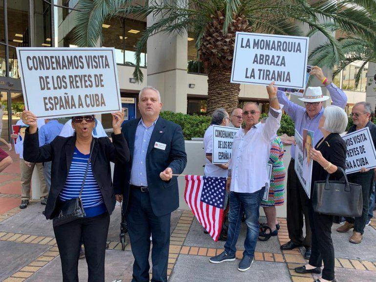 Un centenar de miamenses protesta en las afueras del Consulado de España en Miami.