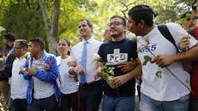 El líder de la oposición de Venezuela, Juan Guaidó (centro), que se autoproclamó presidente interino del país, camina con estudiantes en la Universidad Central de Venezuela tras reunirse con ellos, en Caracas, Venezuela, el 14 de noviembre de 2019.