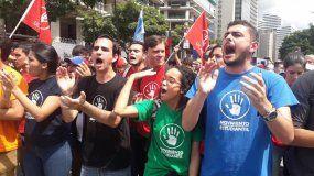 Estudiantes venezolanos se agrupan en Caracas para participar en la protesta contra Nicolás Maduro convocada por el líder de la oposición y presidente encargado de Venezuela, Juan Guaidó.