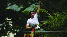 Leopoldo López saluda desde su casa en Caracas, donde estuvo retenido por las autoridades del país.