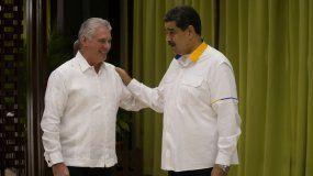 El presidente venezolano Nicolás Maduro, derecha, conversa con su homólogo cubano Miguel Díaz-Canel antes de la apertura de la Cumbre de la Alianza Bolivariana para los pueblos de nuestra América–Tratado de Comercio de los Pueblos (ALBA-TCP), en La Habana, Cuba, el sábado 14 de diciembre de 2019.