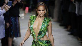 Jennifer Lopez desfilando la creación de Versace que popularizó hace 2 decádas, el 20 de septiembre en Milan, Italia.