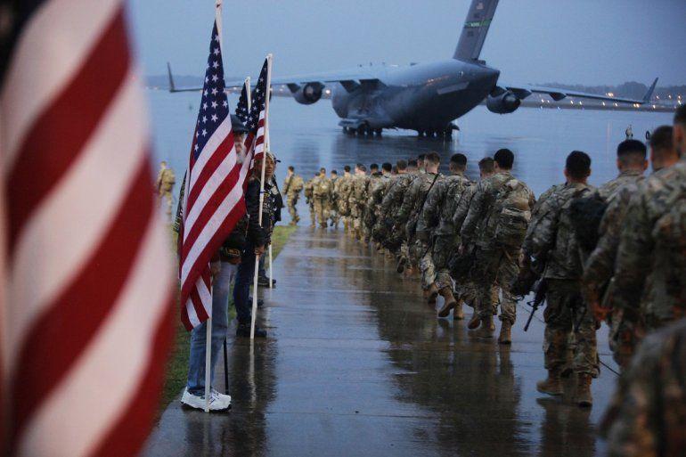 Fotografía del4 de enero de 2020de tropas de la 1ra Brigada de Combate de la 82da división aérea que se preparan para cargar una aeronave en Fort Bragg