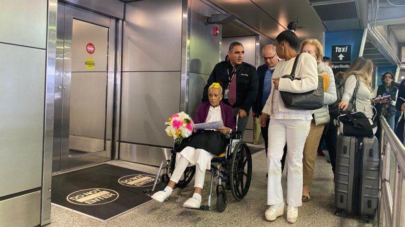 La opositora cubana Xiomara Cruz, tras su llegada al Aeropuerto Internacional de Miami.