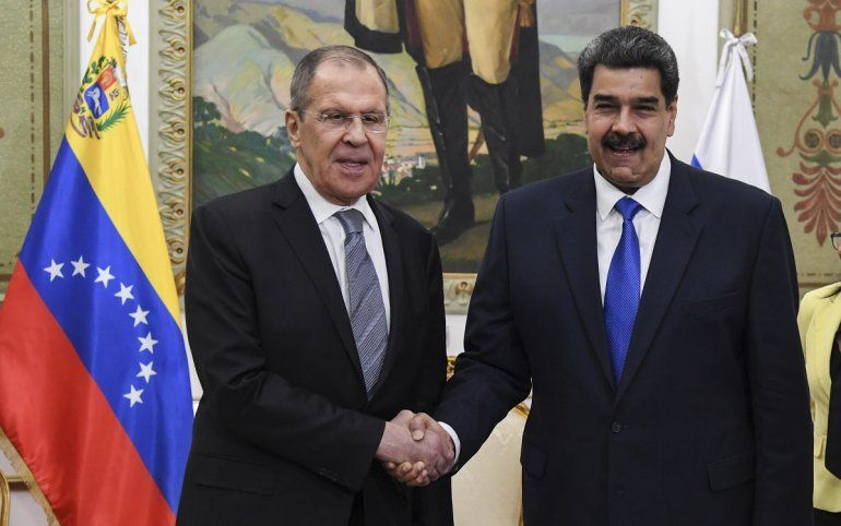 El canciller ruso Serguéi Lavrov y el dictador venezolano Nicolás Maduro.