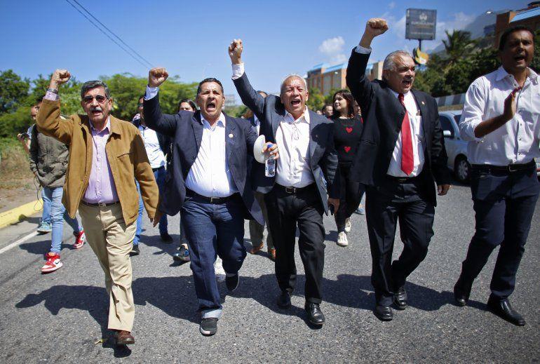 Legisladores de la oposición gritan Libertad mientras caminan al aeropuerto que da servicio a Caracas