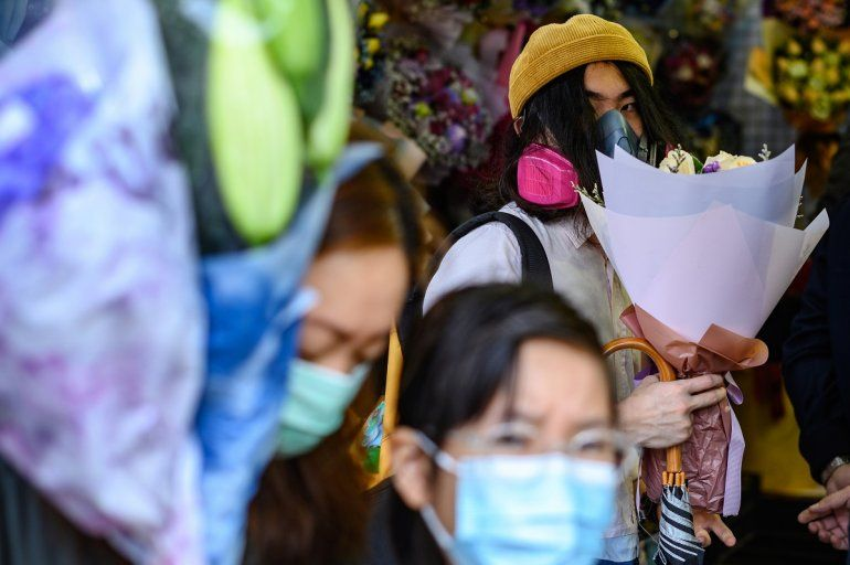 Un hombreusa una máscara para protegerse del contagio ante el brote de coronavirus el 14 de febrero de 2020