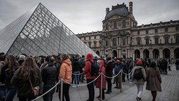 La reapertura tuvo lugar bajo los aplausos de los turistas que esperaban, constató una periodista de la AFP.