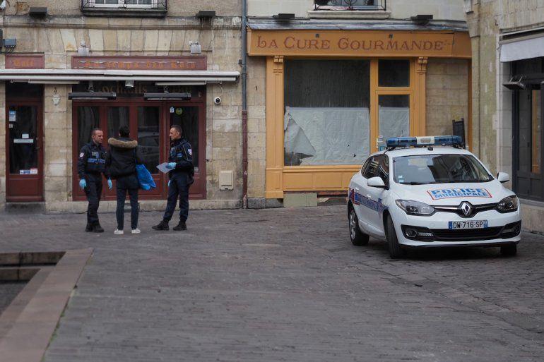 Los policías controlan a las personas en la calle el 17 de marzo de 2019 en Tours