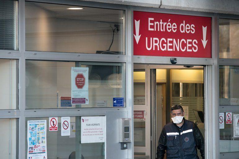 Un hombre abandona la sala de emergencia del hospitalEmile Muller Hospital