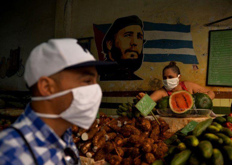 La población se protege del coronavirus con máscaras en La Habana, foto del 24 de marzo de 2020.