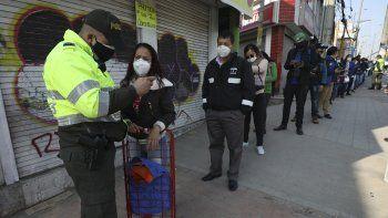 Las autoridades colombianas han impuesto una cuarentena total y drásticas restricciones de movilización en un esfuerzo por contener la propagación del nuevo coronavirus.