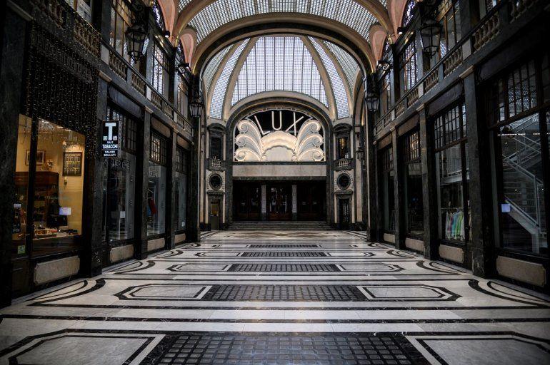 Italia estudia un plan que permita gradualmente retornar a la normalidad en el país. La foto muestra un centro comercial desolado en de la Galería San Federico el 31 de marzo de 2020 en Turín.