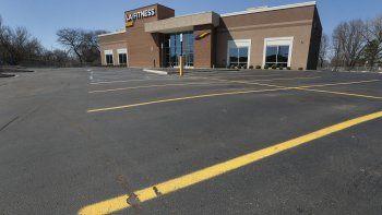 Un estacionamiento vacío frente a un gimnasio de la cadena LA Fitness en St. Clair Shores, Michigan.