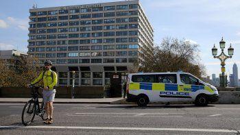 Boris Johnson continúa en cuidados intensivos pero respira sin ayuda