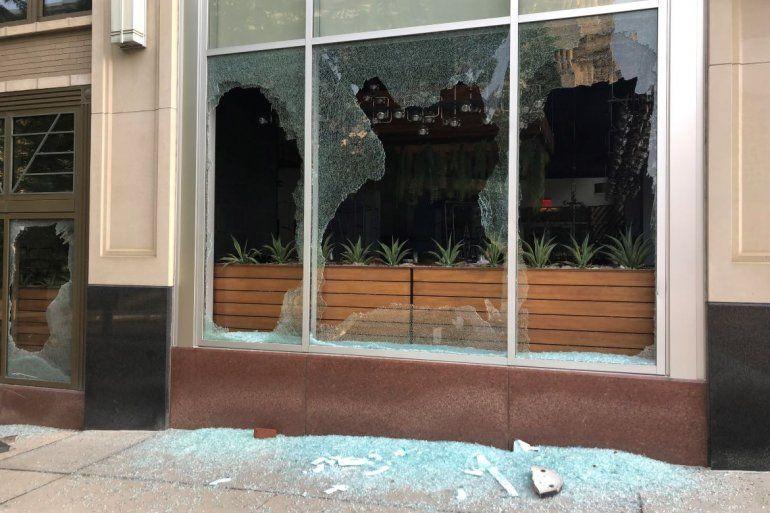 Ventanas rotas en un edificio muestran el daño después de una noche de protestas el viernes 29 de mayo de 2020 en Columbus, Ohio.