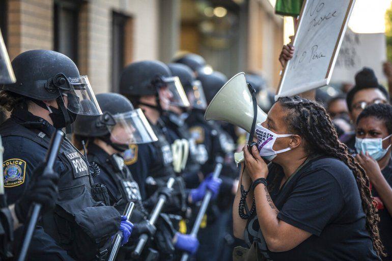 Una manifestante enfrenta a la policía durante una protesta contra la violencia policial el Lexington