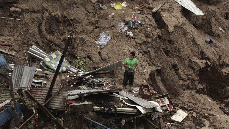 Un hombre intenta rescatar algo de lo que undía fue su hogar