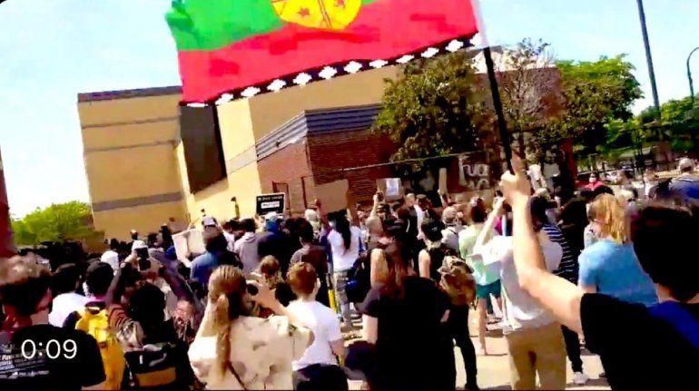 Manifestantes de origen hispano participando en las protestas en Miami con la bandera Wenufoye o Mapuche, un movimiento chileno al que se le vincula con la izquierda radical.