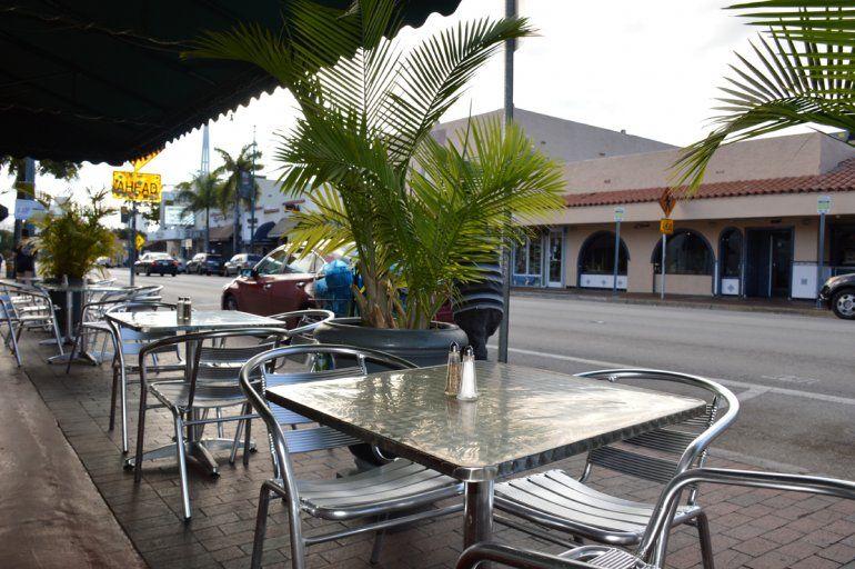 Vista parcial de una terraza en restaurante en Miami.