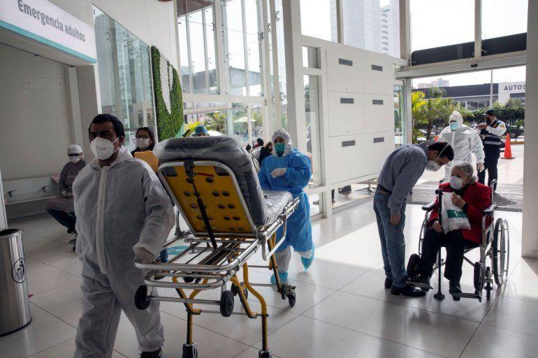 Enfermeros y pacientes utilizan un acceso de emergencia el martes 7 de julio de 2020 en el hospital privado Ricardo Palma