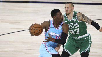 Bam Adebayo (13), del Heat de Miami, intenta superar a Daniel Theis (27), de los Celtics de Boston, en la segunda mitad del partido de la NBA en Lake Buena Vista, Florida, el martes 4 de agosto de 2020.