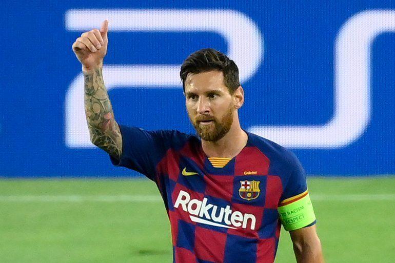 Lionel Messi, capitán del Barcelona, anota en Champions en el partido de ida contra el Napoli.