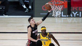 Tyler Herro, del Miami Heat, tira al aroante Justin Holiday, de los Pacers de Indiana, el 3 de agosto de 2020.