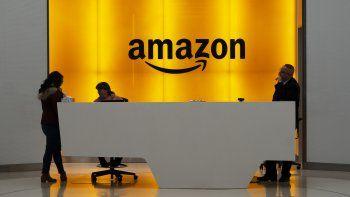 Varias personas en la entrada de la sede de Amazon en Nueva York.