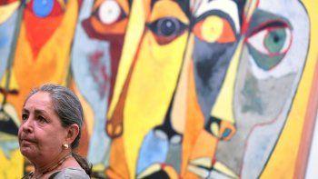 La hija del pintorOswaldoGuayasamín,VereniceGuayasamin, durante la exposición con motivo del aniversario de los cien años del nacimiento del pintor y muralista ecuatorianoOswaldoGuayasamín.