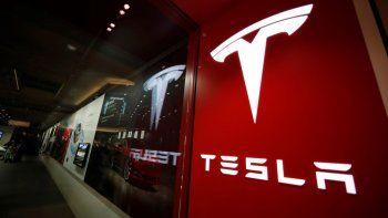 En esta fotografía de archivo del 9 de febrero de 2019 puede apreciarse un letrero con el logo de Tesla en una tienda de la compañía en el centro comercial Cherry Creek, en Denver.