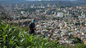 Antonio Martínez, de 67 años, se ocupa de sus cultivos en una pequeña parcela de tierra en una ladera sobre Caracas, Venezuela, el domingo 13 de septiembre de 2020.