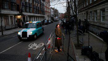 Un equipo de televisión instaló su equipo frente al Hospital King Edward VII, en el centro de Londres, el 5 de marzo de 2021, donde fue trasladado el príncipe Felipe, duque de Edimburgo de Gran Bretaña.
