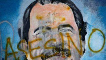 El rostro del dictador Daniel Ortega pintado en un mural ha sido cubierto con la palabra asesino, en medio de protestas contra el régimen en Managua, la capital del país.