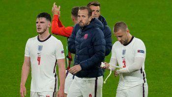 De izquierda a derecha: el mediocampista de Inglaterra Declan Rice, el delantero de Inglaterra Harry Kane y el defensa de Inglaterra Luke Shaw reaccionan después del partido de fútbol del Grupo D de la UEFA EURO 2020 entre Inglaterra y Escocia