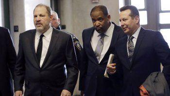 En esta foto del 25 de enero de 2019, Harvey Weinstein, a la izquierda, entra a una corte en Nueva York con los abogados Ron Sullivan, en el centro, y José Báez. Weinstein demanda a Báez por incumplimiento de contrato y busca que le reembolse un millón de dólares en honorarios legales.