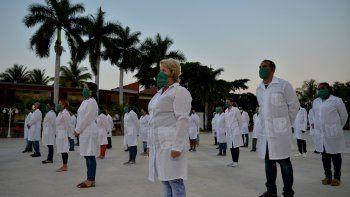 Una delegación de médicos cubanos al aeropuerto Martinica-Aime-Cesaire en Le Lamentin, cerca de Fort- de-France, en la isla caribeña francesa de Martinica, como parte de un programa de asistencia médica en medio de la pandemia de COVID-19 causada por el nuevo coronavirus. (ARCHIVO 2020)