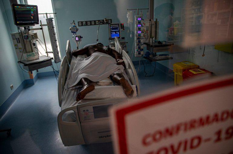 Un paciente con COVID-19 permanece en una camilla de la Unidad de Cuidados Intensivo en el Hospital Central Posta en Santiago