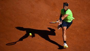 El español Rafael Nadal devuelve la pelota al australiano Alexei Popyrin durante el partido de tenis individual masculino de la primera ronda del Abierto de Francia de Roland Garros 2021 en París el 1 de junio de 2021.