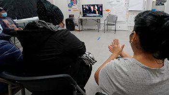 Inmigrantes latinoamericanos ven la toma de posesión del presidente estadounidense Joe Biden el miércoles 20 de enero del 2021 en un centro comunitario de Brooklyn, en Nueva York.