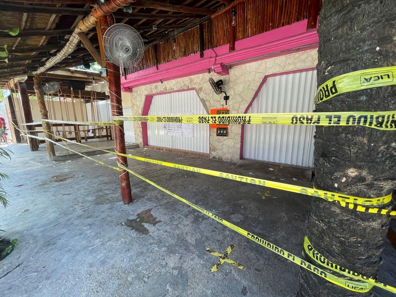 Cinta de seguridad de la policía restringe el acceso a un restaurante el viernes 22 de octubre de 2021, un día después de que dos turistas extranjeras murieran a tiros y tres visitantes más, dos hombres y una mujer, resultaran heridos en el lugar, en Tulum, México.