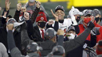Tom Brady, quarterback de los Buccaneers de Tampa Bay, celebra con su equipo el título de la NFC el domingo 24 de enero del 2021 tras vencer a los Packers de Green Bay. Ahora los Bucs irán al Super Bowl.
