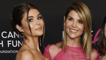En esta foto del 28 de febrero del 2019, la actriz Lori Loughlin posa con su hija Olivia Jade Giannulli, a la izquierda, en un evento en Beverly Hills, California.
