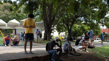 Personas buscan conectarse al internet y tener acceso a las redes sociales en un parque donde no hay conexión wifi en La Habana, Cuba, el13 de julio de 2021.