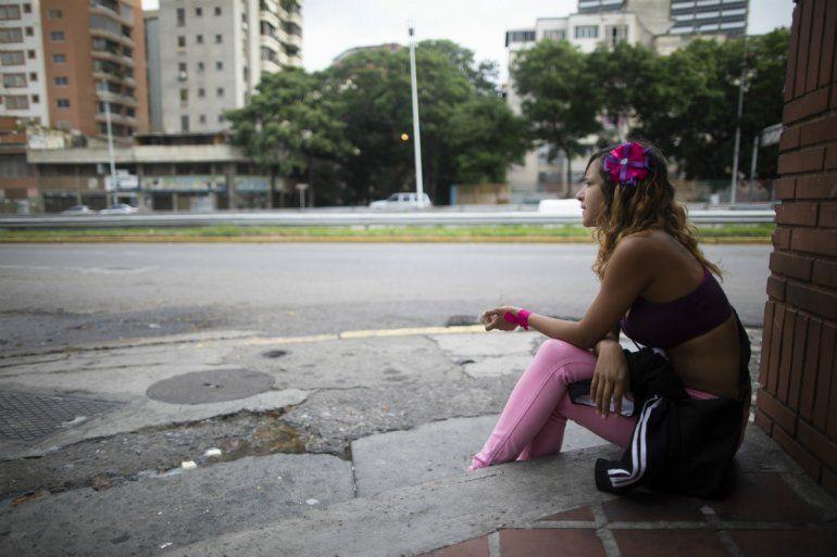Una trabajadora sexual que no quiso dar su nombre espera clientes en Caracas