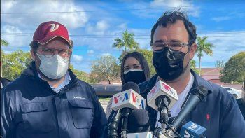 Habla el director de Asuntos Consulares de la embajada de Venezuela en EEUU, Brian Fincheltub. A su lado, el ministro consejero de la misma sede diplomática, Gustavo Marcano.