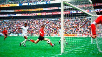 En esta foto del 3 de junio de 1970, Wilfried Jan Van Moer (camiseta roja) anota el segundo gol de Bélgica en la victoria 3-0 ante El Salvador en la Copa Mundial de México