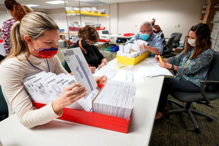 Empleados del condado Lehigh cuentas papeletas en Allentown