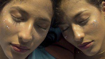 La portada de Primavera el primer sencillo del dúo de hermanas gemelas colombianas Vale, que debutan en la escena de la música latina contando con la admiración de Juanes.