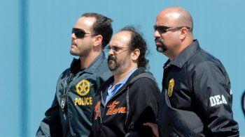 En esta imagen del 13 de mayo de 2008, el paramilitar colombiano Rodrigo Tovar, es escoltado por agentes de la DEA en el aeropuerto de Opa-Locka, Florida.